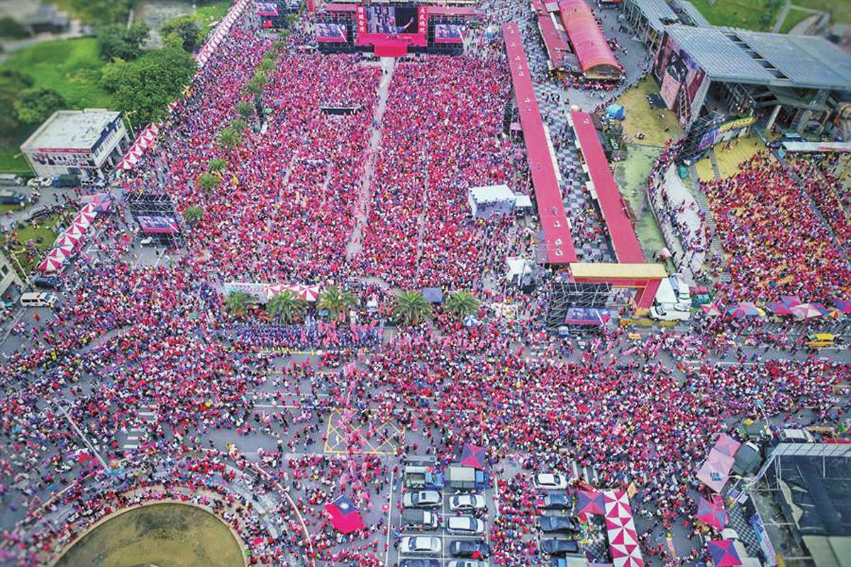 韓國瑜進場倒數計時,現場遍布「紅潮」。網上圖片