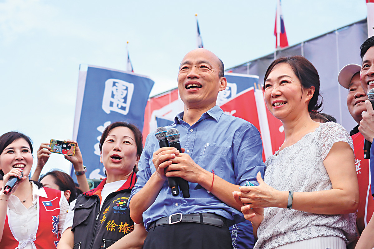 韓國瑜與妻子李佳芬(前右)進場後,登台感謝民眾熱情支持。左2為花蓮縣長徐榛蔚。中央社