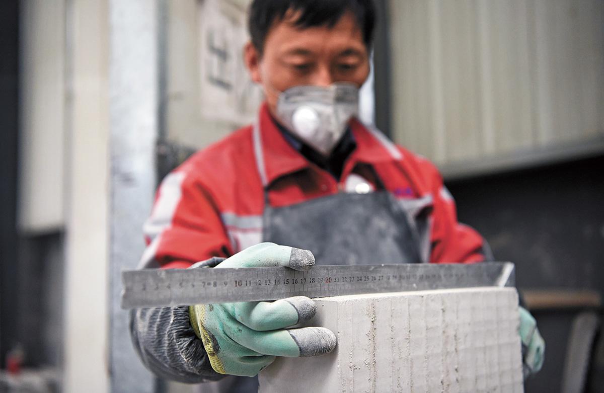 開始挑選、測量用於製作的青磚。