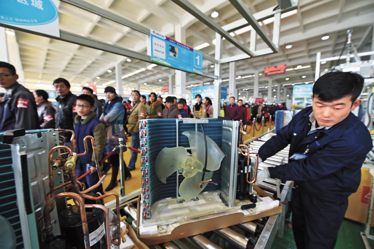 消費者在參觀格力空調生產線。新華社資料圖片