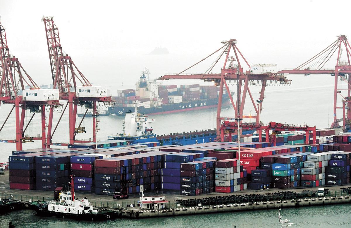 貿易戰陰影籠罩下,中國海關總署10日公布數據顯示,5月中國進出口總值2.59萬億元人民幣,同比增2.9%,增速比4月下滑3.6個百分點。其中,出口同比增長7.7%;進口下降2.5%。圖為廈門東渡港。中新社