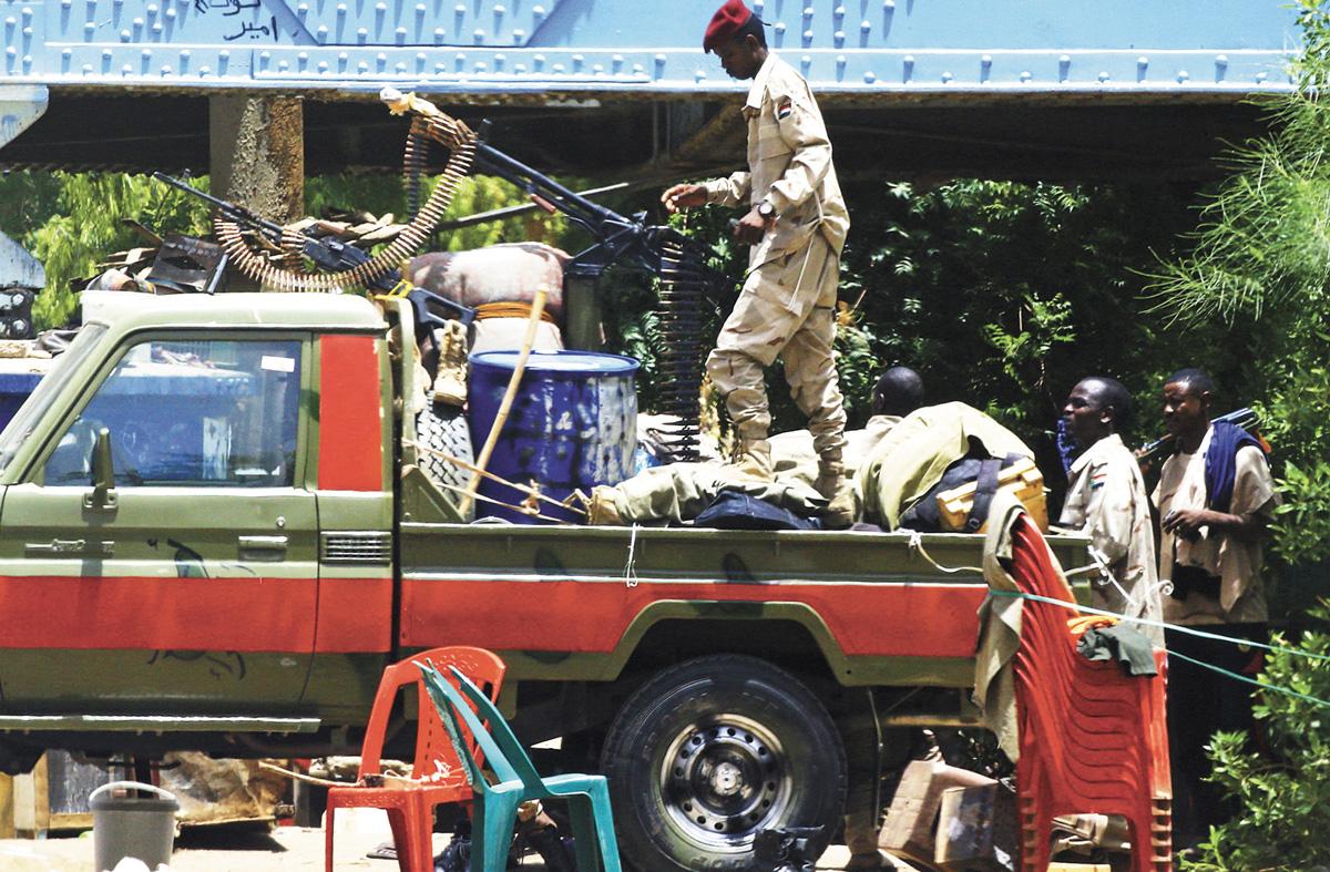 蘇丹非正規軍快速支援部隊10日在首都巡邏。法新社