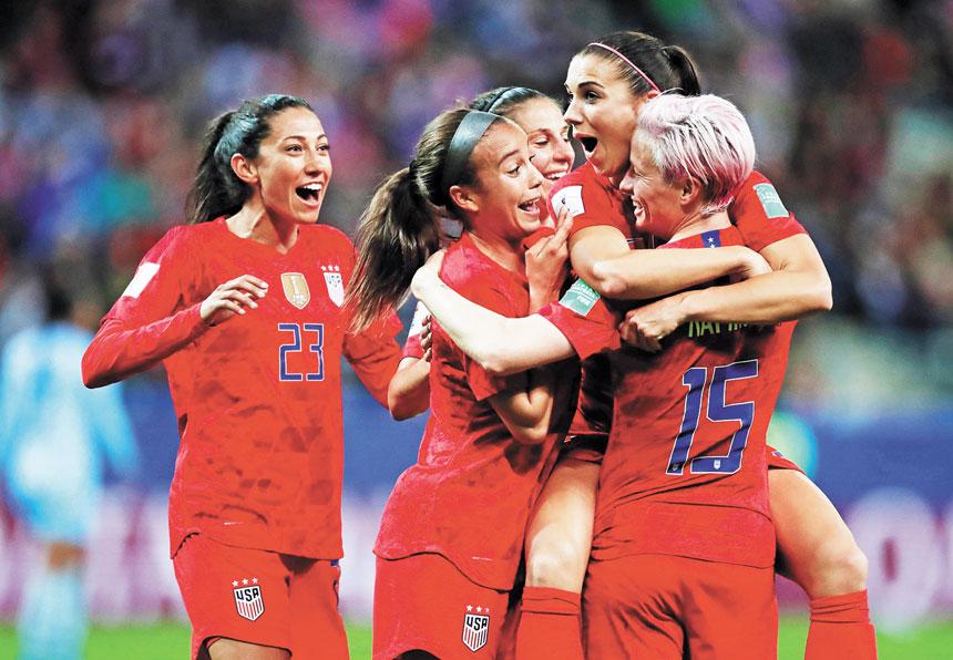 美國女足球員抱在一起慶祝本場第12個進球。路透社