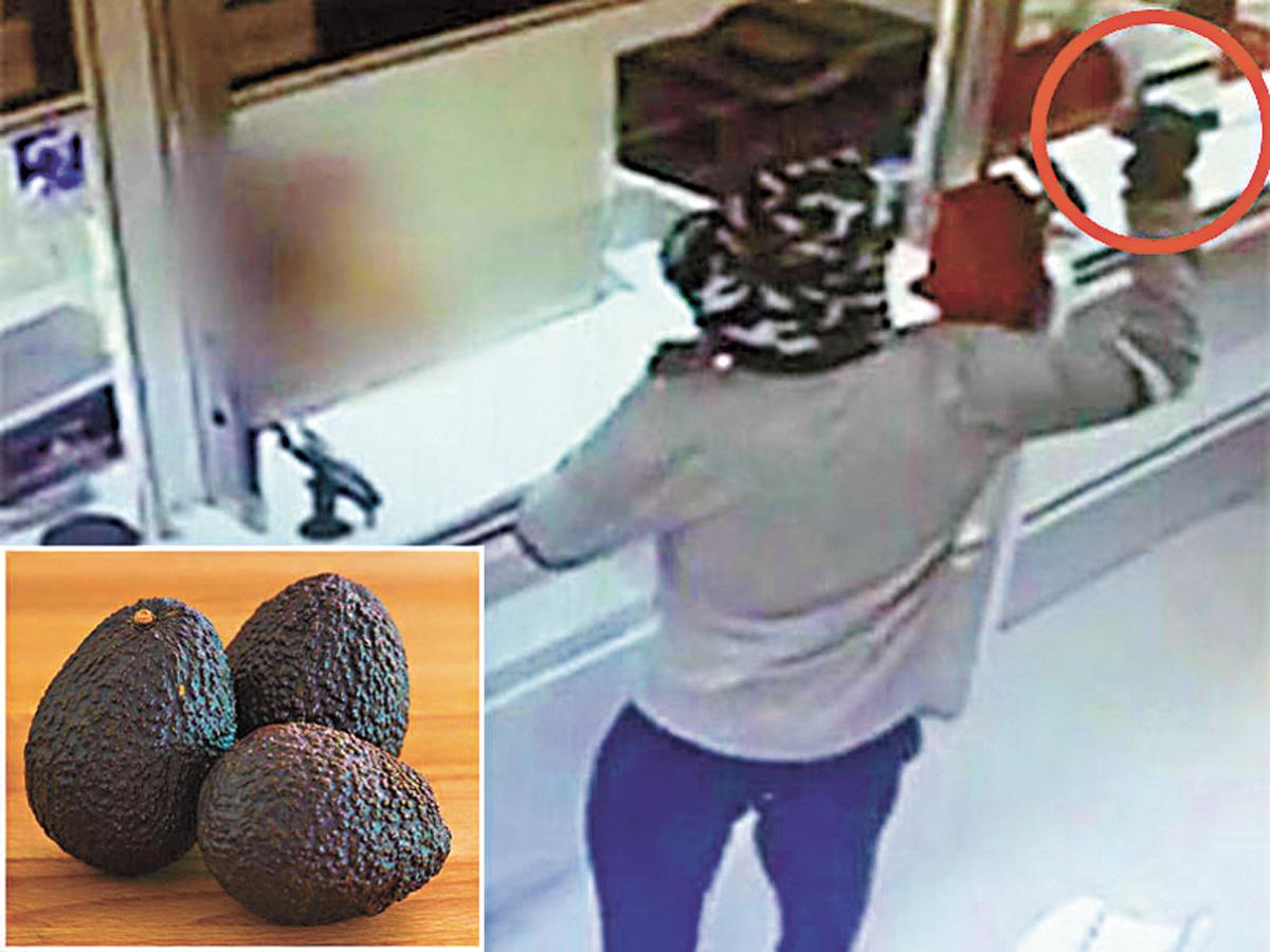 劫匪手持牛油果冒充手榴彈打劫銀行。網上圖片