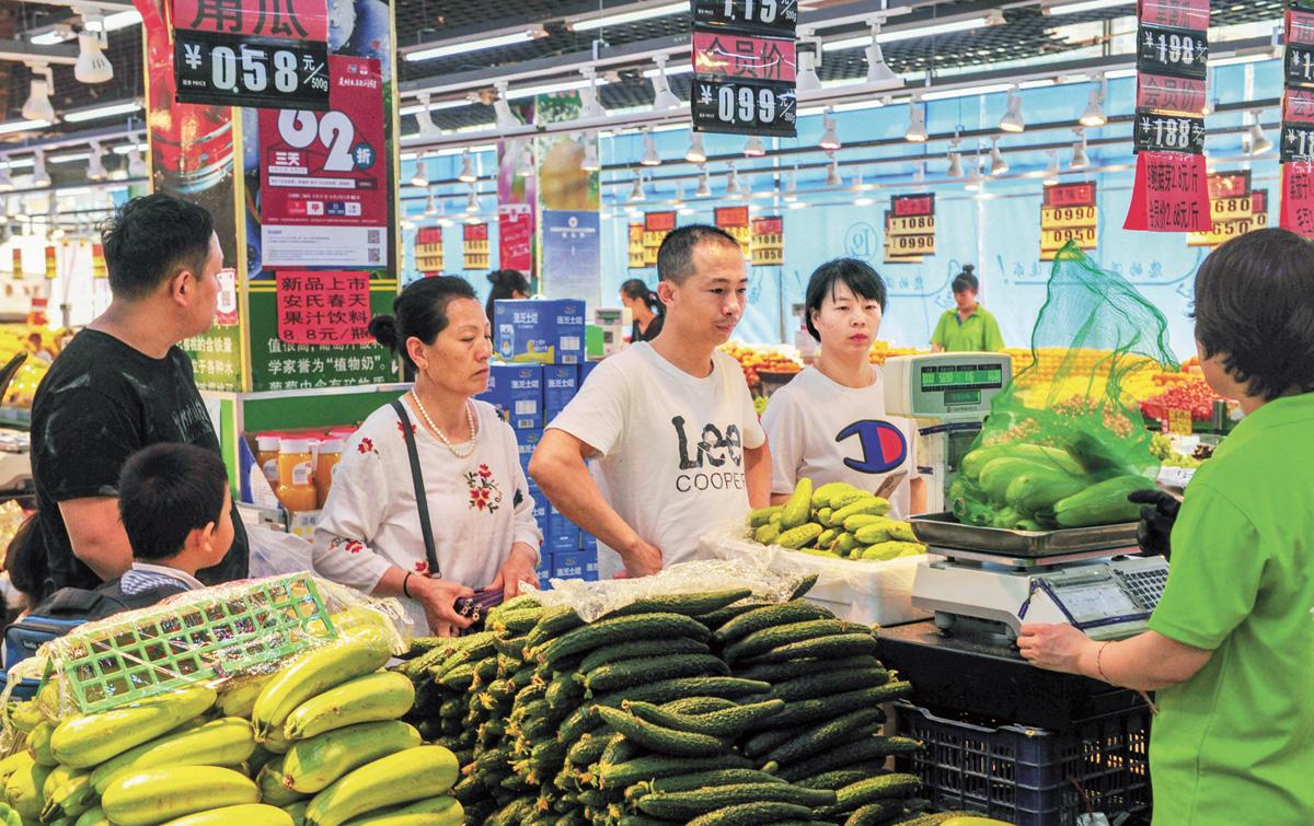 遼寧瀋陽一超市內,消費者選購商品。中新社