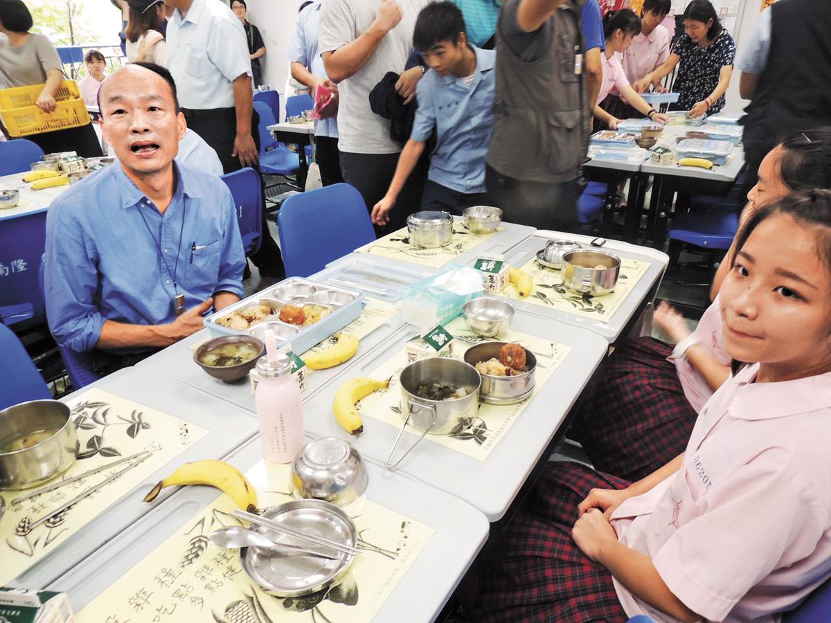 韓國瑜13日出席行政院會,事後卻立刻有一段遭剪接的影片在網路流傳,韓國瑜14日大表不滿。圖為韓國瑜(前左)14日前往美濃區南隆國中視察營養午餐供餐情況。中央社