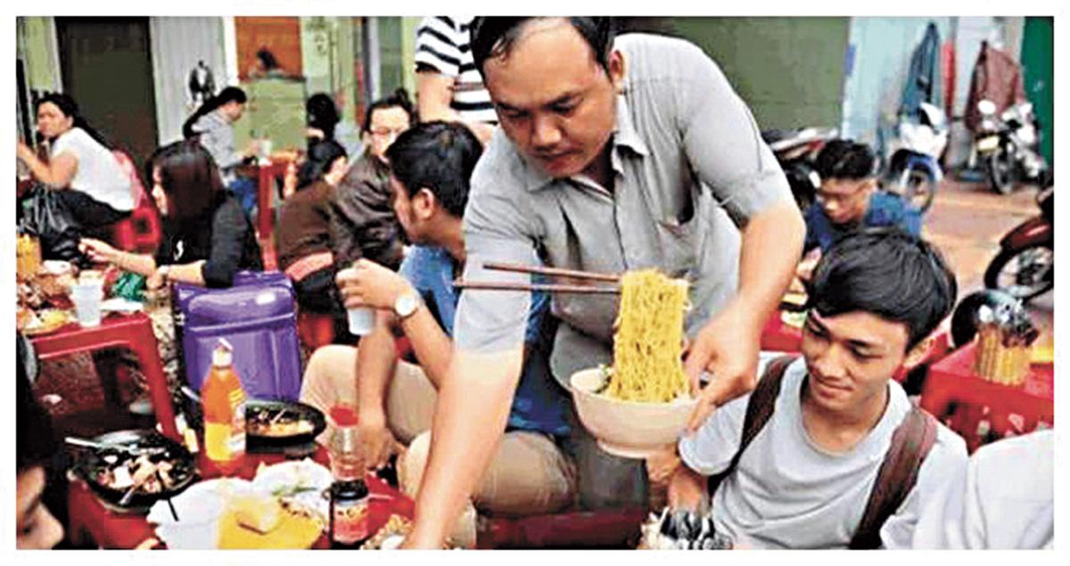 越南一家餐廳推出的「懸浮麵」大火,其實就是在特製的碗中豎起一根鐵棍道具,再把麵條放上去將道具掩蓋起來。網上圖片
