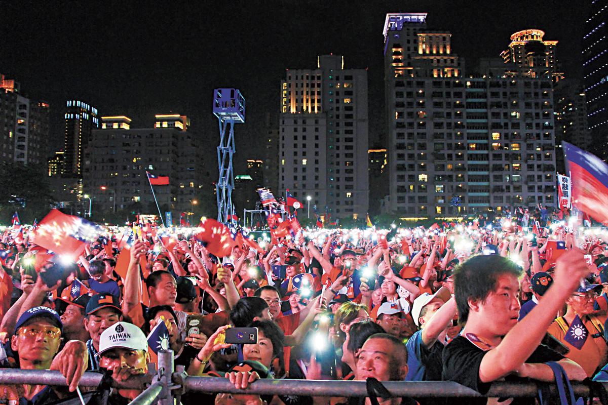 高雄市長韓國瑜22日晚間到台中市出席大型造勢活動,支持者在天黑後也點起手機燈光、揮舞旗幟。中央社/網上圖片