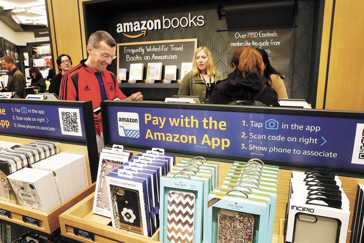 紐約民眾在亞馬遜書店看書。法新社資料圖片