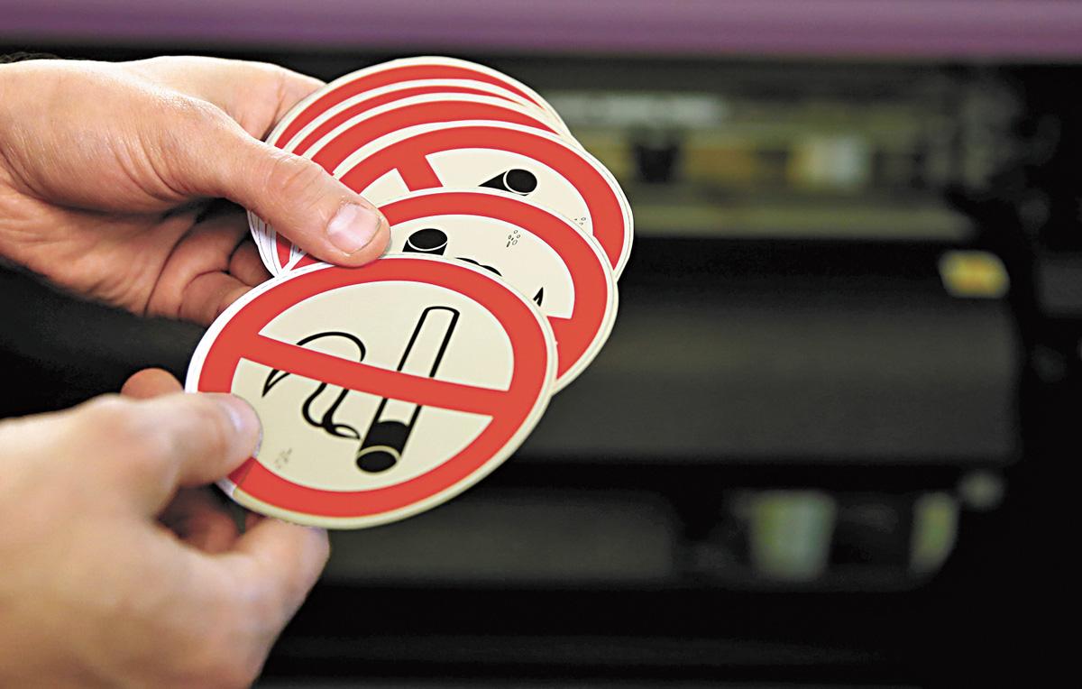 泰國新法中提到,在家中吸煙並影響家庭成員健康,屬違法行為。圖為禁煙標識。資料圖片