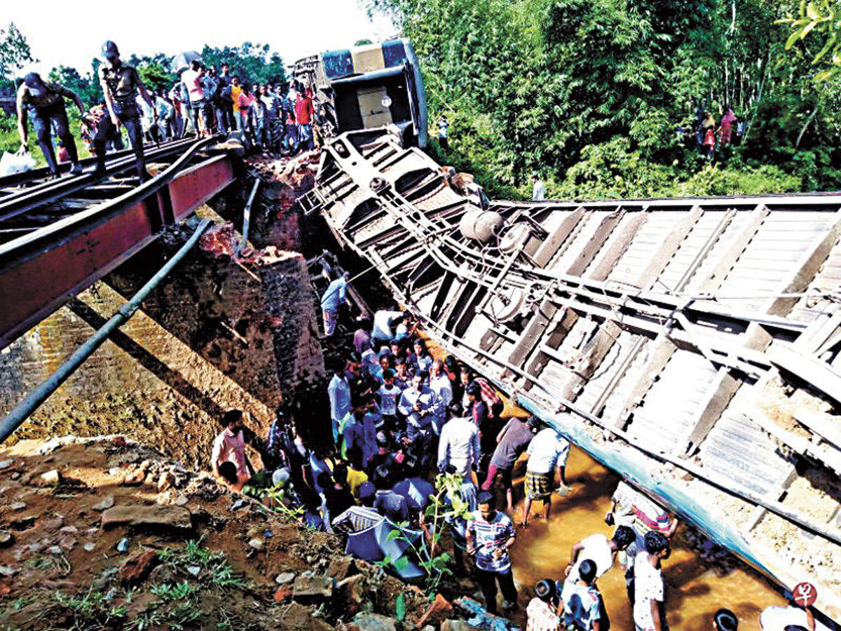 圖為孟加拉火車脫軌現場。網上圖片