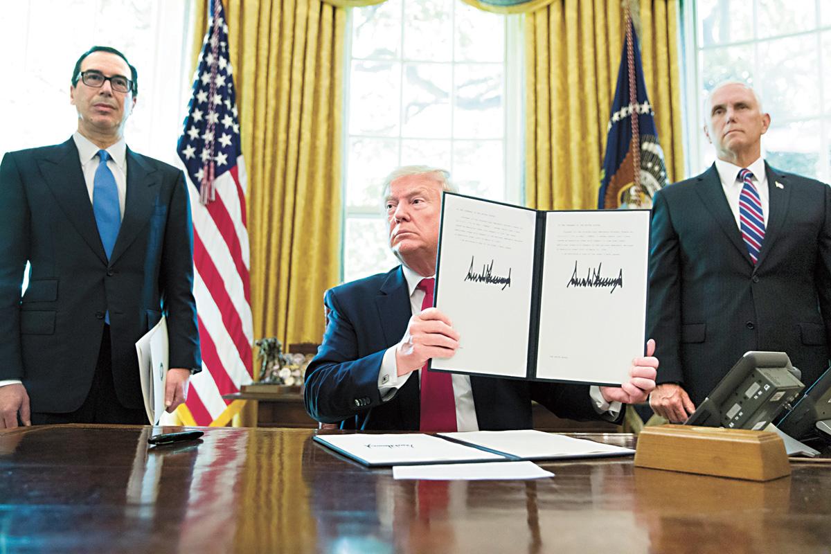 特朗普24日在財政部長和副總統的陪同下簽署行政令,對伊朗實施「嚴厲的」金融制裁。美聯社