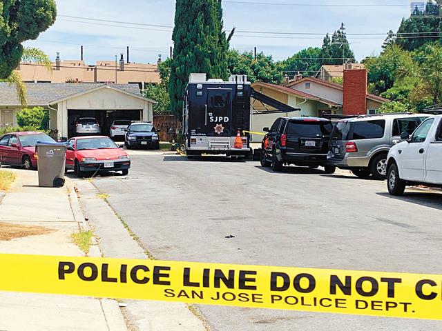 聖荷西市中心附近一棟民宅發生五死命案,周一案發現場仍然被警方封鎖繼續調查。記者李娜攝