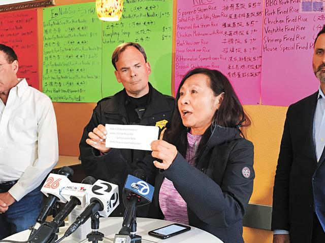 記者會上各方積極為受害者籌款,舊金山-上海協會會長李美玲展示捐款辦法。記者劉玉姝攝