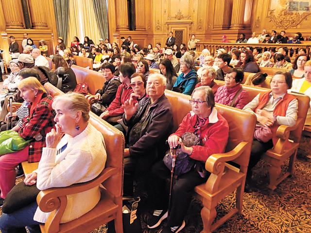 眾多華人參加預算與財政委員會議表達訴求。記者徐明月攝