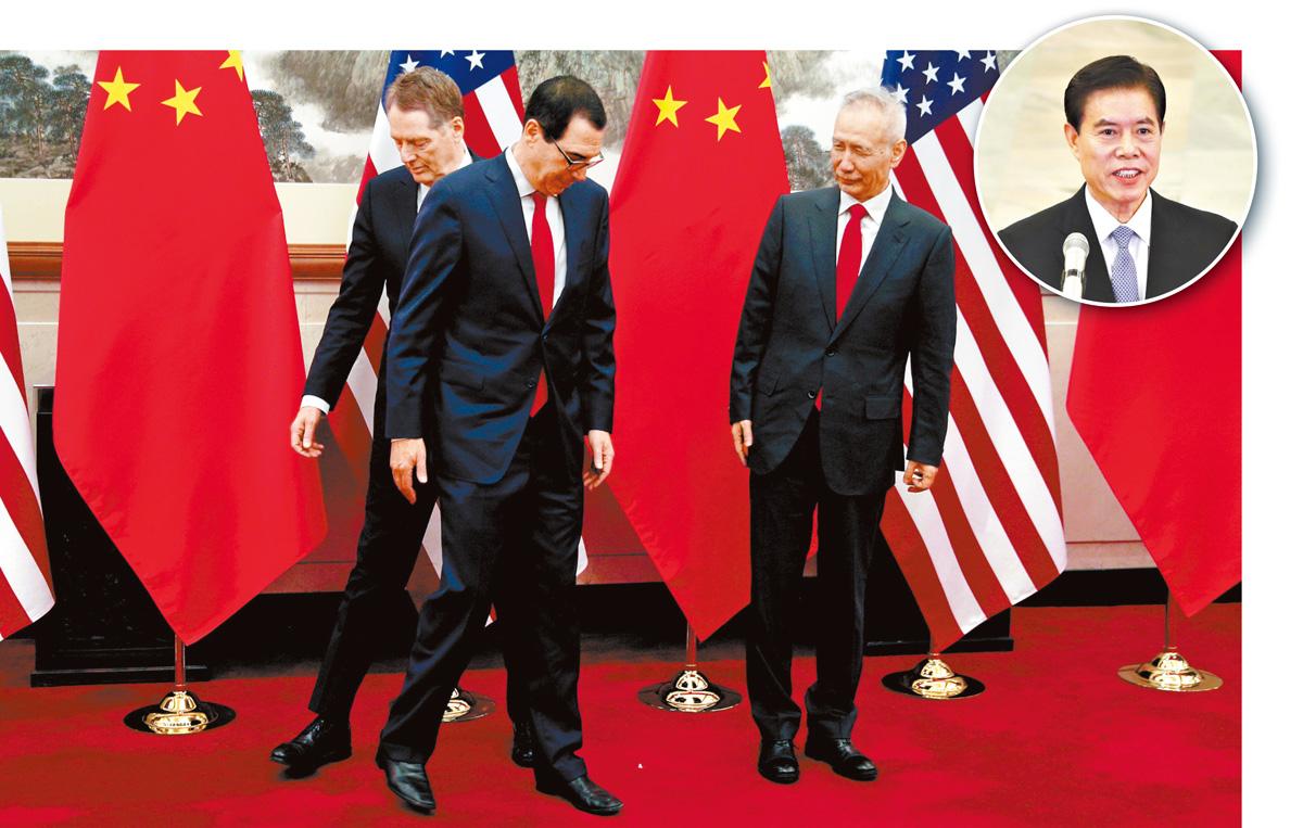 中方牽頭人劉鶴(右),與美國貿易代表萊特希澤(左)、財政部長努欽(中)通話,中國商務部長鍾山(小圖)也參加通話。資料圖片