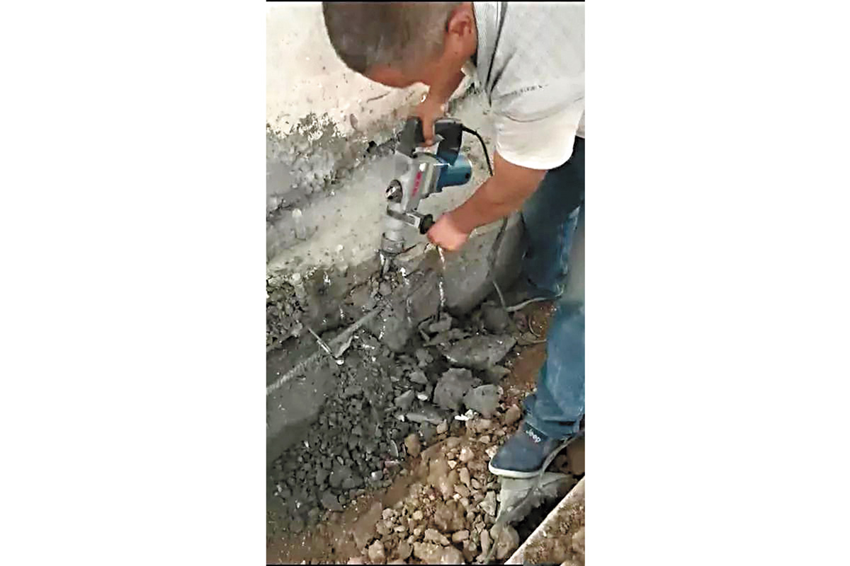 水泥檢驗報告不合格,工人在清除稀鬆的問題水泥。網上圖片