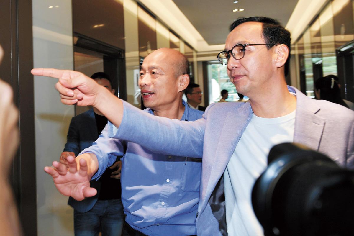 韓國瑜(前左)15日前往拜會前新北市長朱立倫(前右),引起媒體追逐。 中央社