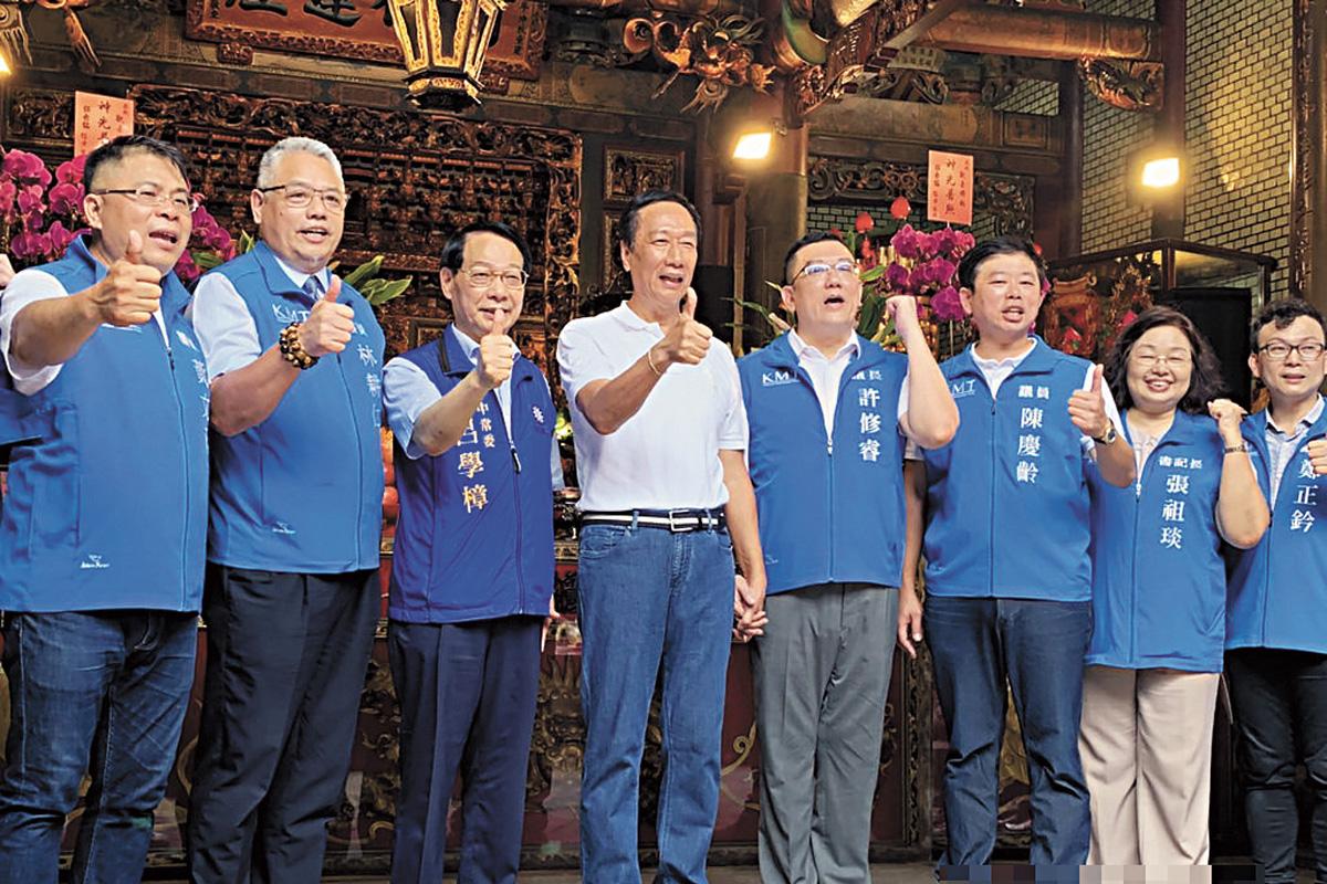 國民黨總統初選參選人郭台銘(左4)9日到新竹市竹蓮寺參拜。中央社