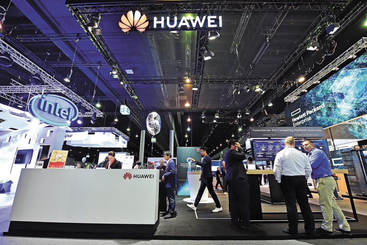 華為仍被列在美國出口管制「實體清單」,圖為在德國法蘭克福,人們參觀第34屆國際超級計算大會華為公司展台。 資料圖片