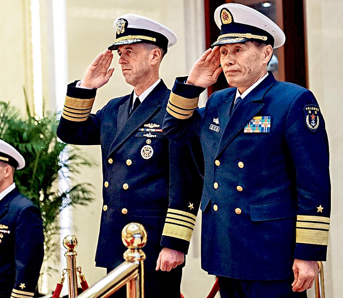 今年1月,海軍司令員沈金龍歡迎理查森(左)訪華。資料圖片