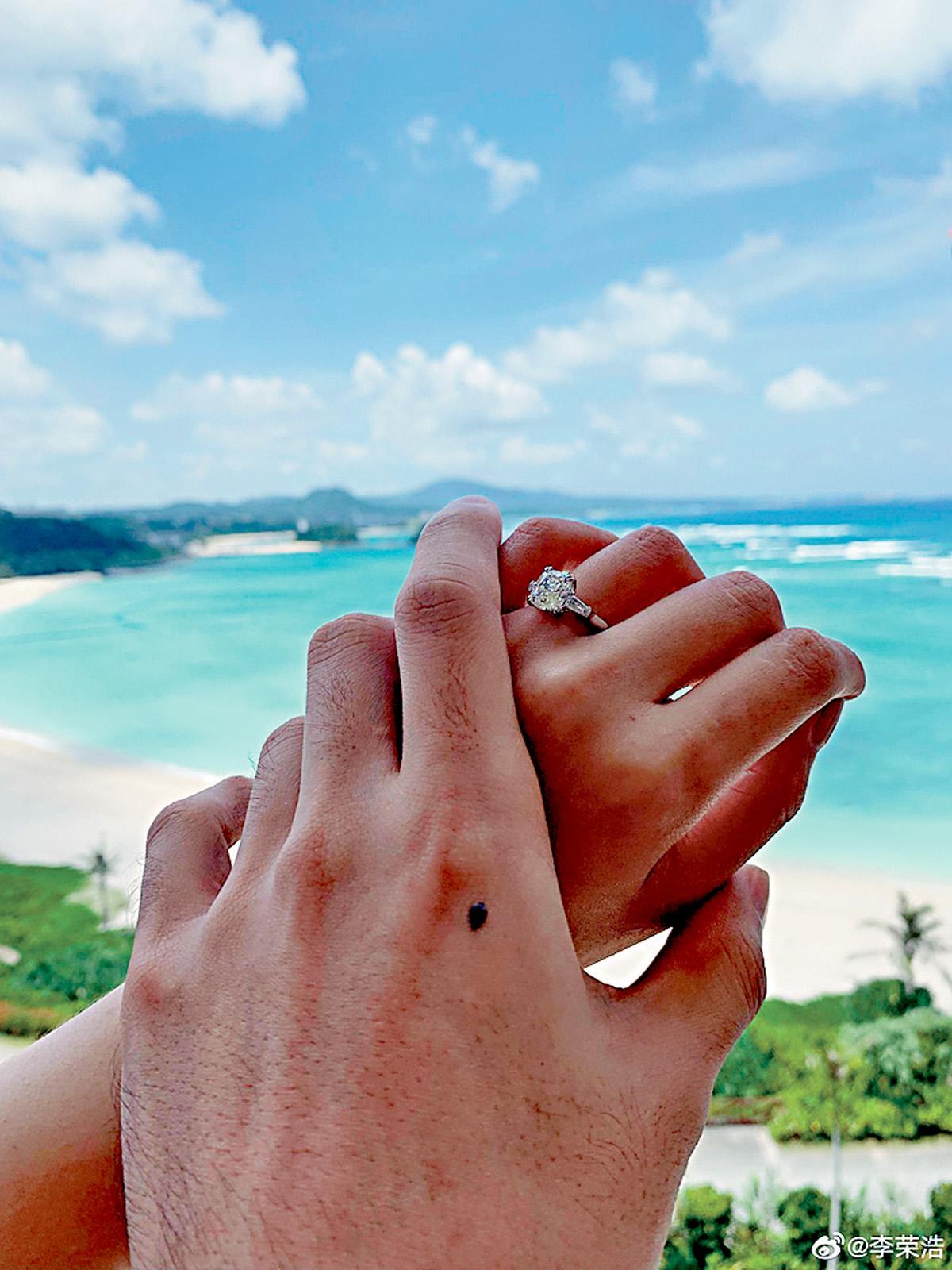 ■兩人手拖手,求婚巨鑽閃爆。