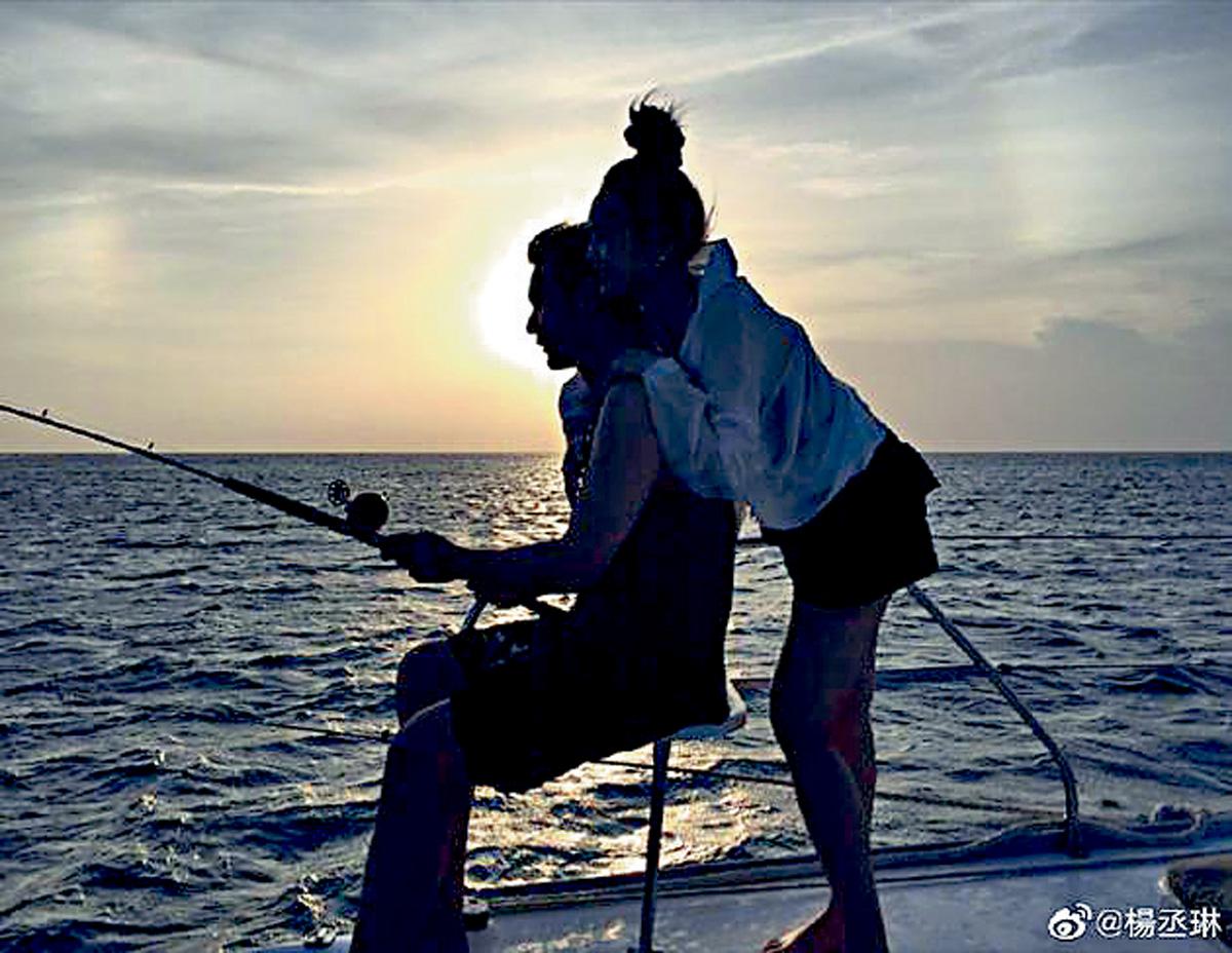 ■楊丞琳從後熊抱釣魚的李榮浩。