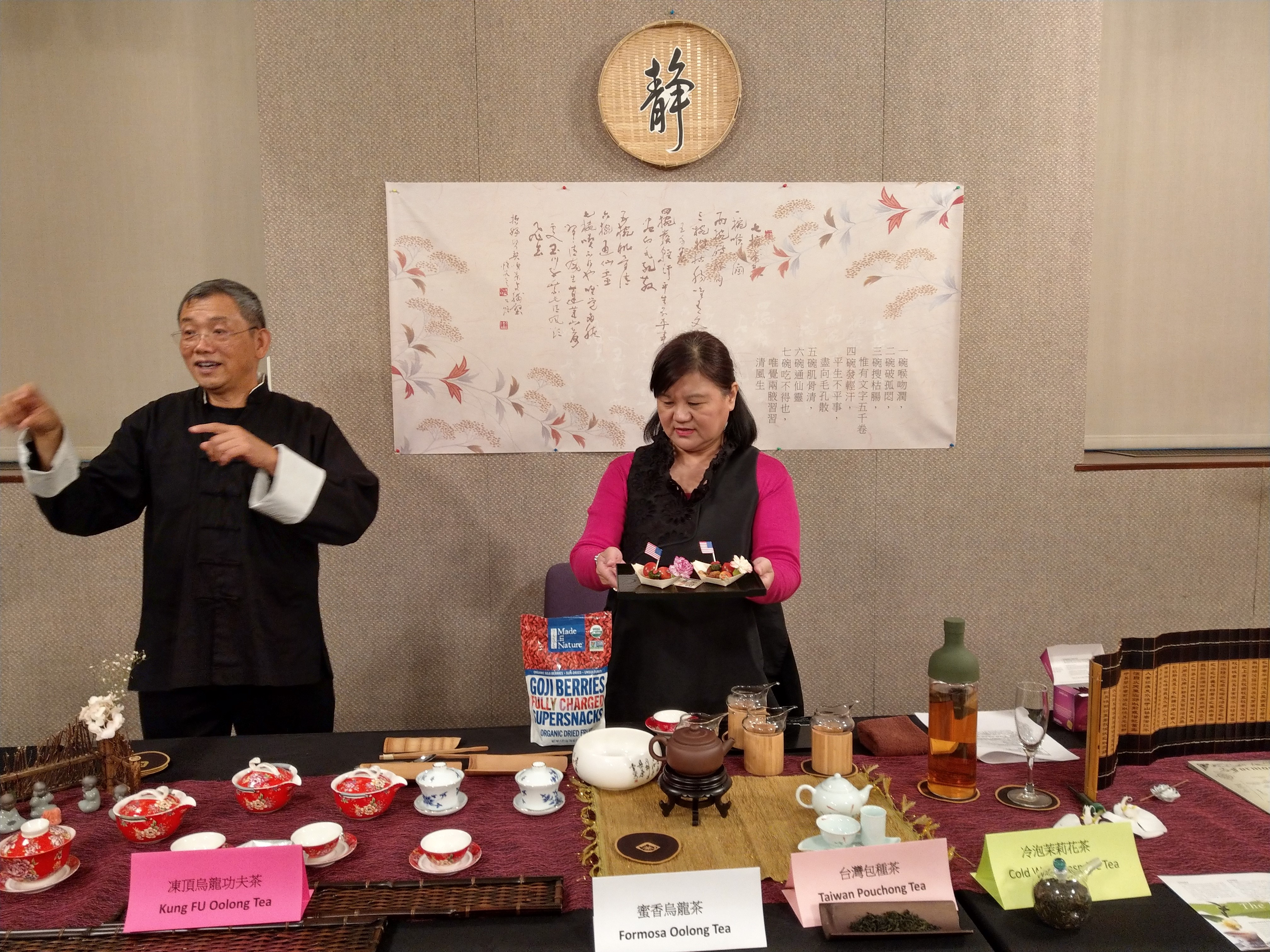 中華茶文會學會會長楊綺貞(右)日前在洛杉磯公立中央圖書館介紹泡茶精髓。主辦方供