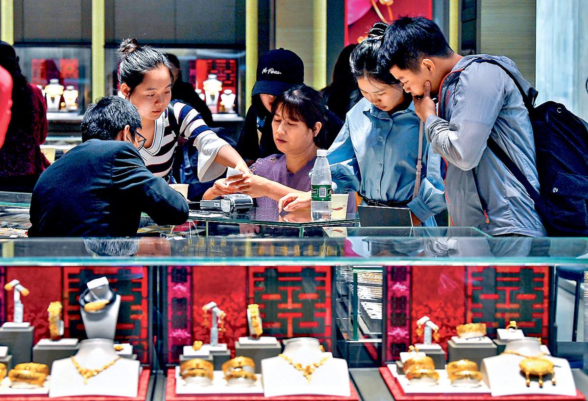 有珠寶店表示,六月的生意額下跌一成,購買金器的人士亦不多。