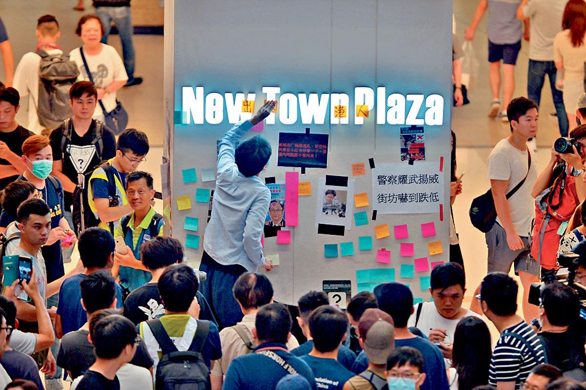 市民將廣場中庭變成連儂牆,以及張貼便利貼紙。李睿哲攝