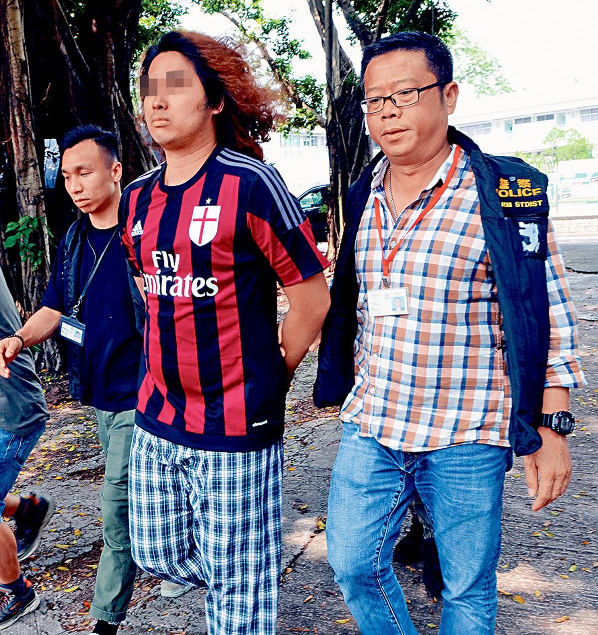 眾志成員廖偉濂被押返寓所搜查。歐陽偉光攝