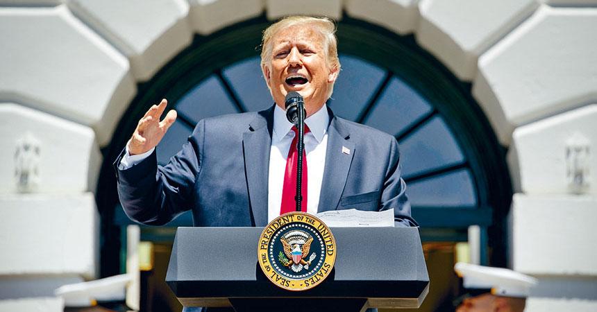 特朗普15日在白宮回答記者提問時,堅稱移民與海關執法局的搜捕行動非常成功。美聯社