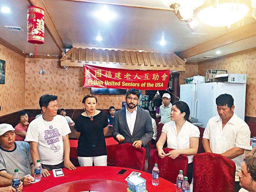 國會眾議院維樂貴絲(左三)和日落公園市議員萬齊家昨日現身日落公園華人社區。
