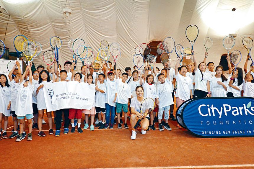 李娜與現場近50位青少年網球愛好者合影。
