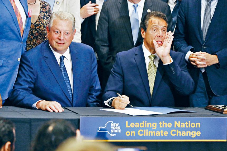 柯謨(右)及戈爾(左)在曼哈頓宣布有關風電發展項目。美聯社