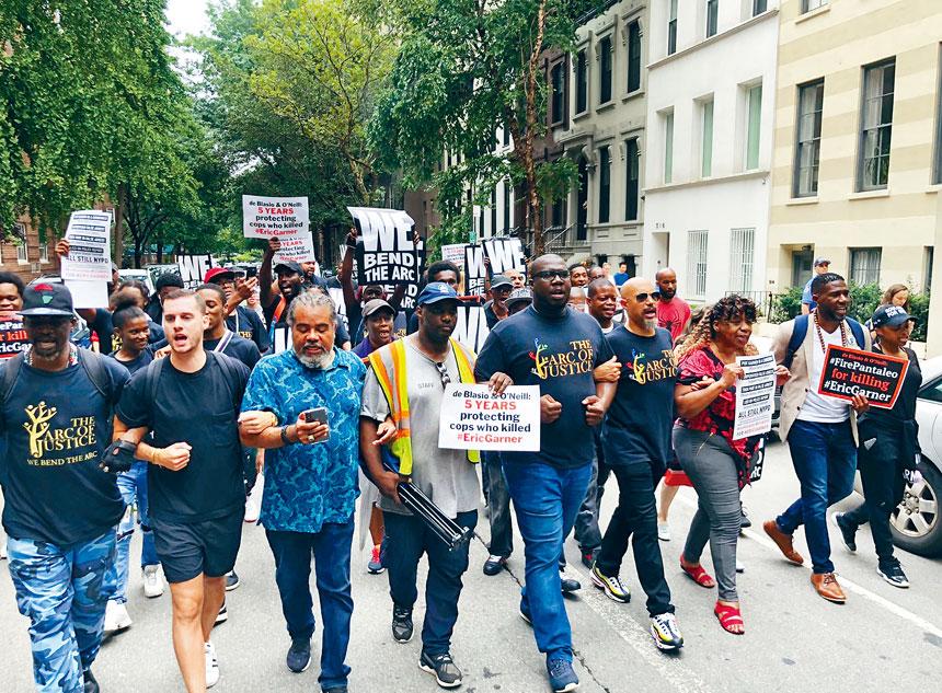 示威者於18日在市長官邸格麗絲莊園舉行抗議活動;前排左三為卡爾。推特圖片
