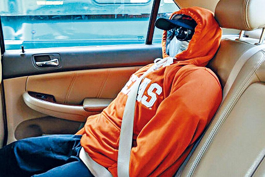 警方截停汽車後,在後座發現這位精心打扮的「乘客」。紐約市警務處圖片