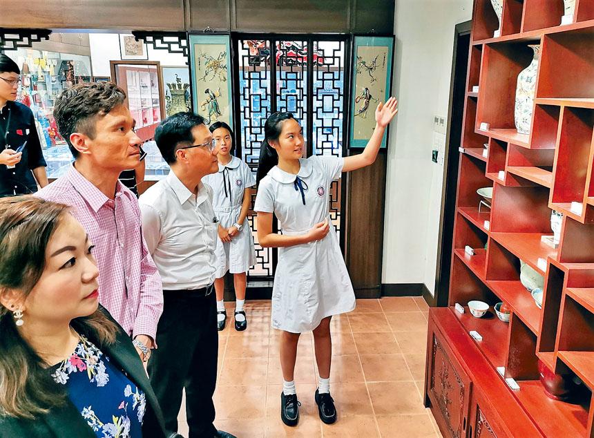 學生給來賓們介紹博物館的文物。紀炆君提供