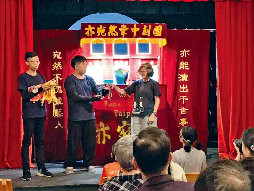 演員們向觀眾介紹操縱布偶。