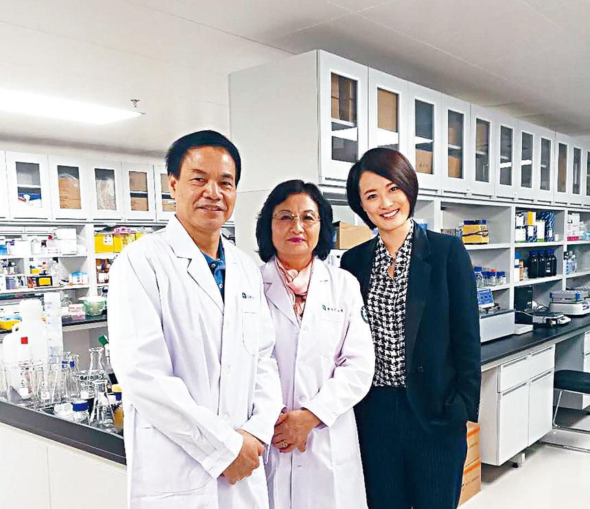 (左起)李曉江李世華夫婦在實驗室接受採訪。檔案圖片