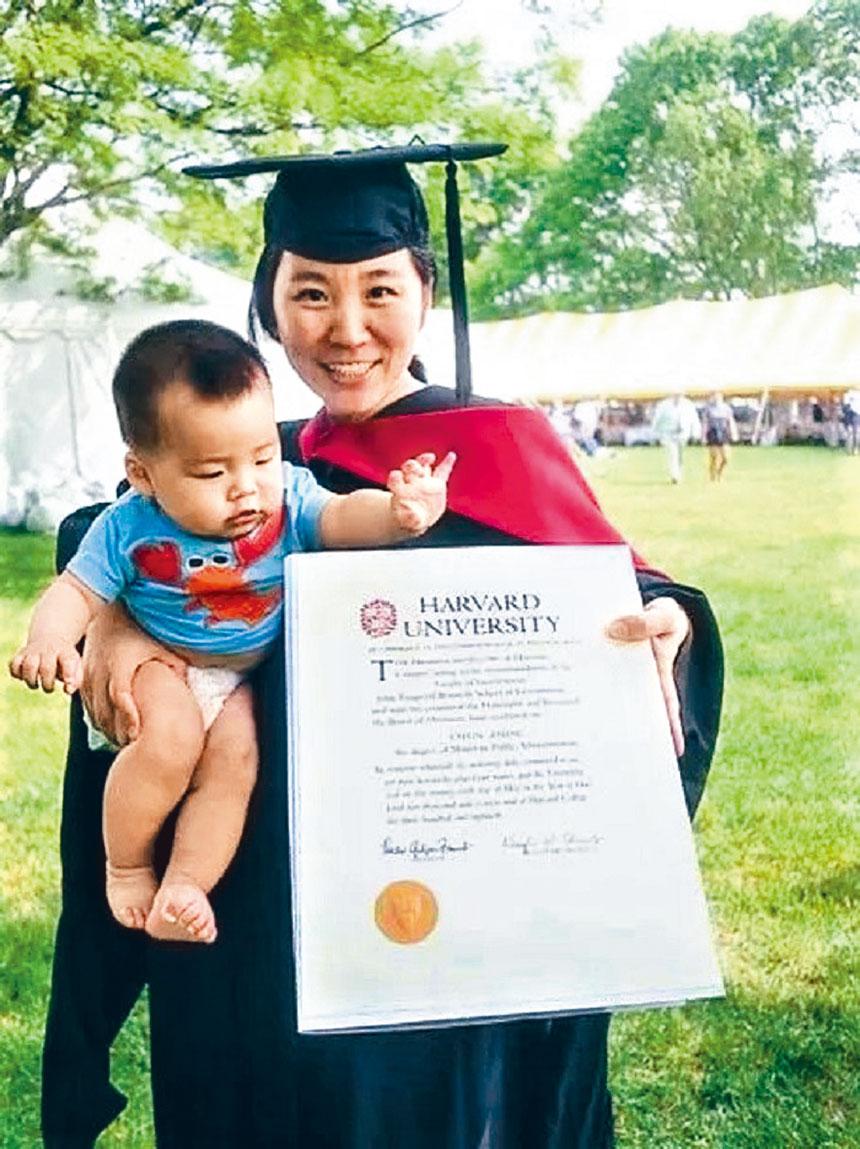 周春獲得哈佛碩士學位的畢業照。檔案圖片