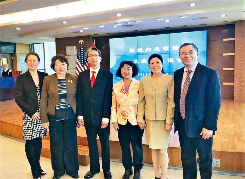 陶凱(左二)、高青(右三)等與會中文學校代表合影。主辦方提供