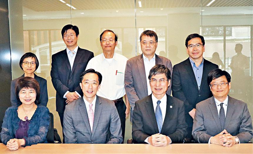 徐佑典(前排左二)同科技部代表團成員合影。