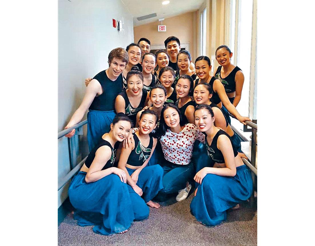 吳雅琦(前排中)和哈佛東亞舞蹈團的學生們合影。