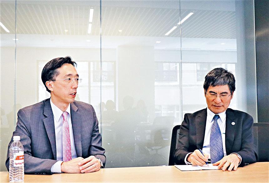 (左起)徐佑典、陳良基在記者招待會中。李强攝