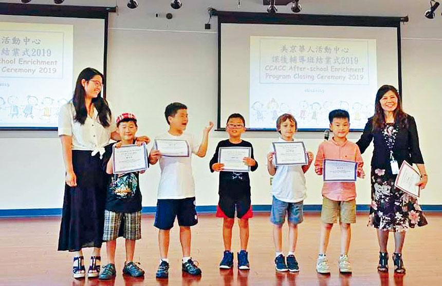同學們從李校長手中接過結業證書。