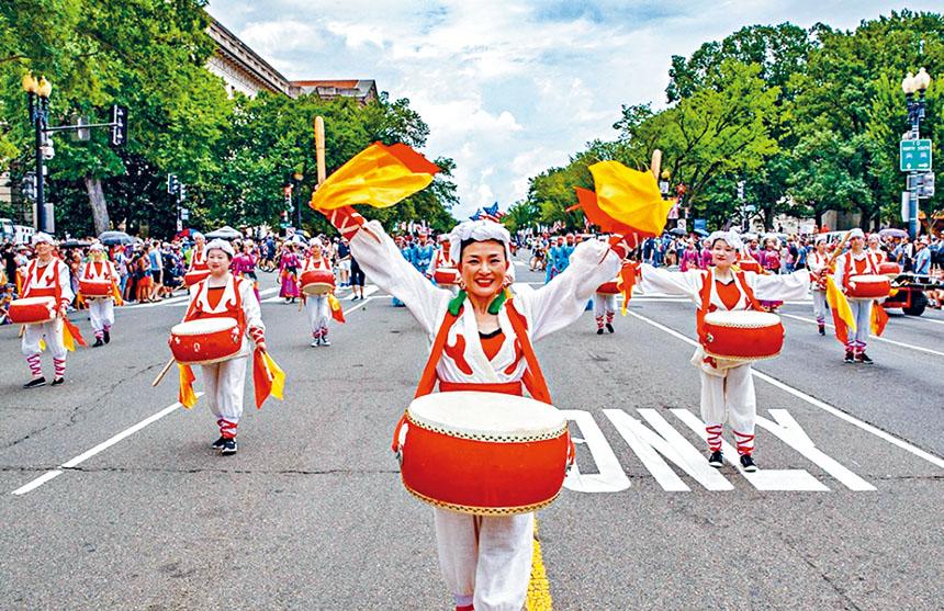 威風鑼鼓隊行進在憲法大道上。