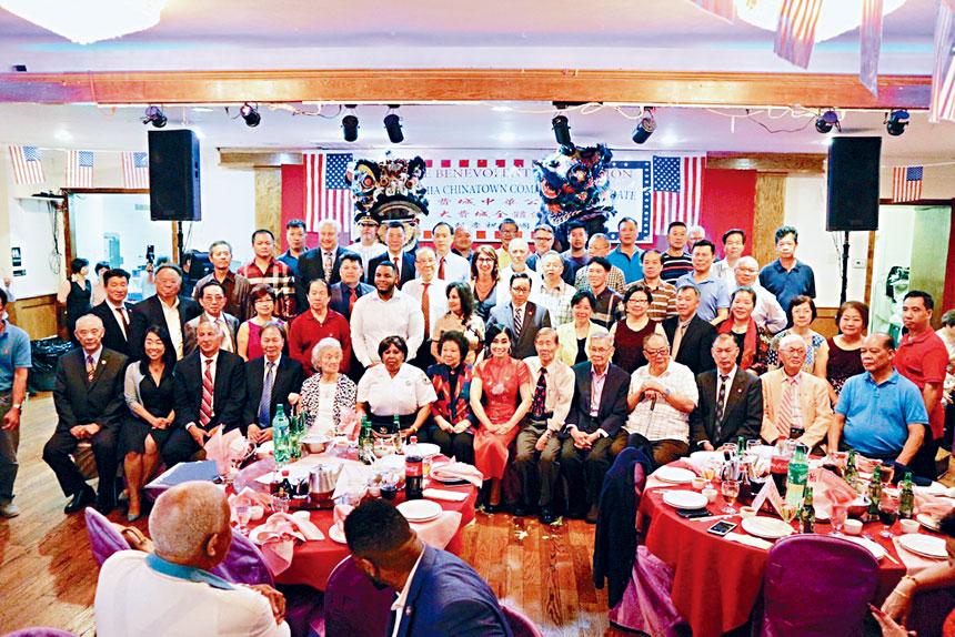 費城中華公所7月3日舉辦慶祝美國國慶晚會,中華公所兩位董事長盧統一(坐右3)麥鵬(坐左4)總顧問陳姿(坐左8)麥日明(后排)與全體小區人士市政府官員合照。