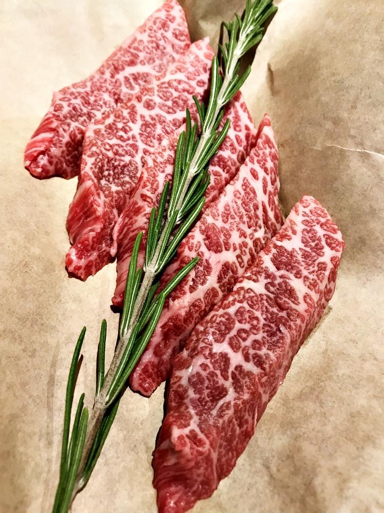 獲得一致好評的熟成無骨牛小排 Prime Boneless Short Rib,最後一次點用時出現了讓人驚喜、甚至是不遜於日本和牛的豔麗油花與色澤,在送上桌時甚至引起隔壁桌陌生人的高度詢問與羨慕,實際品嚐後的彭湃豐富的肉汁與香氣,更是將當晚的用餐滿足感提昇自最高峰。