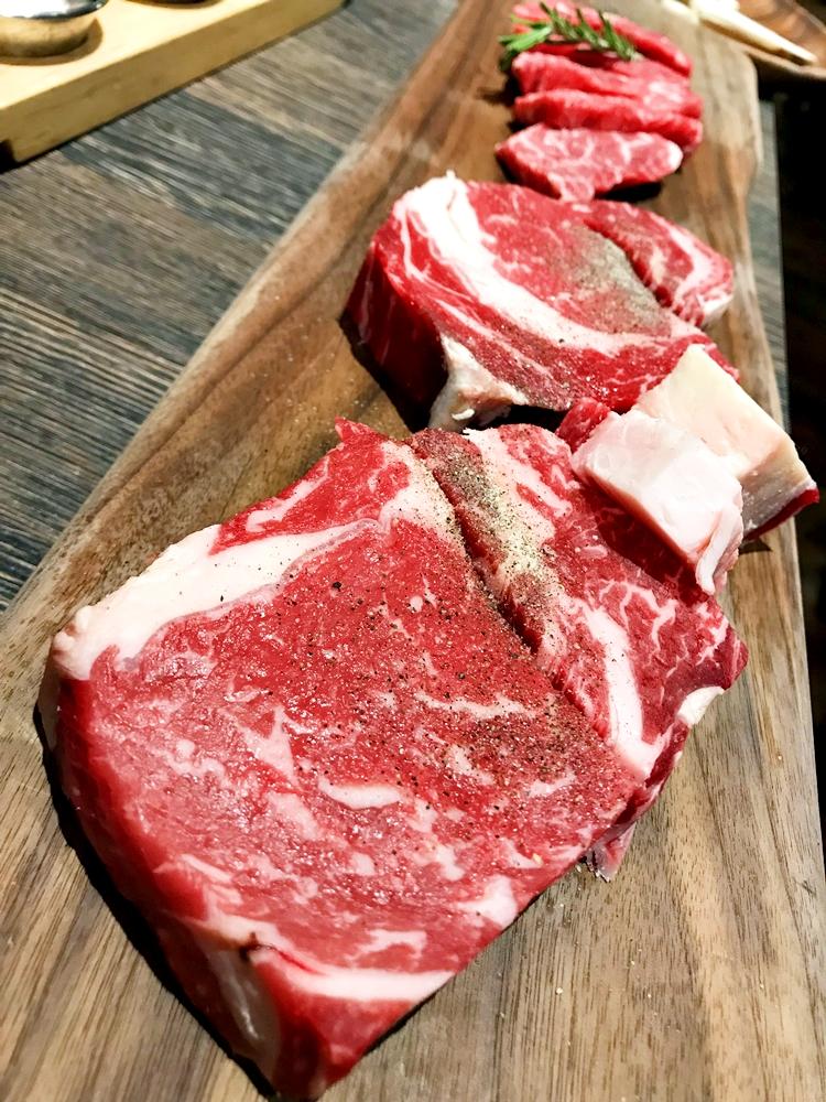 首輪點用的乾式熟成肋眼與鮮肋眼牛排,據說是店家不惜成本提供的 USDA Prime 等級牛肉,肉品上的油花分佈豐富並簡單以胡椒與鹽巴調味,先以牛油煎後配上迷迭香的香氣,講究的料理過程與肉品等級確實不遜於許多頂級牛排館。